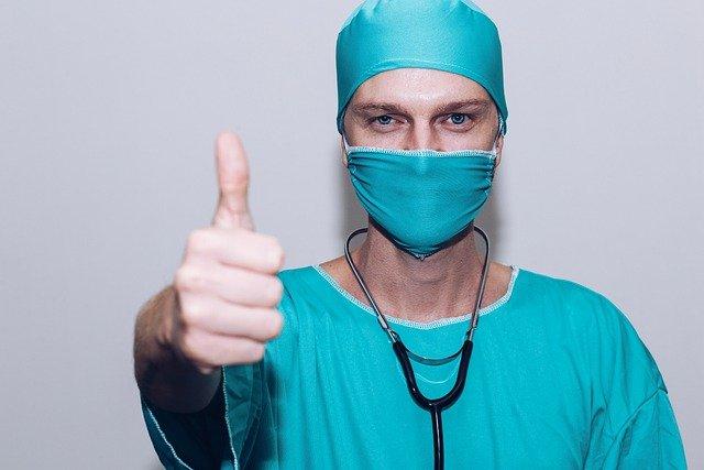 Tandarts Jordaan - dokter steekt duim omhoog