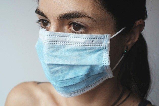 Tandarts Jordaan - vrouw draagt gezichtsmasker